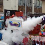 仮装山車『ドラゴンクエスト』 その勇姿をドラゴンが煙に巻く