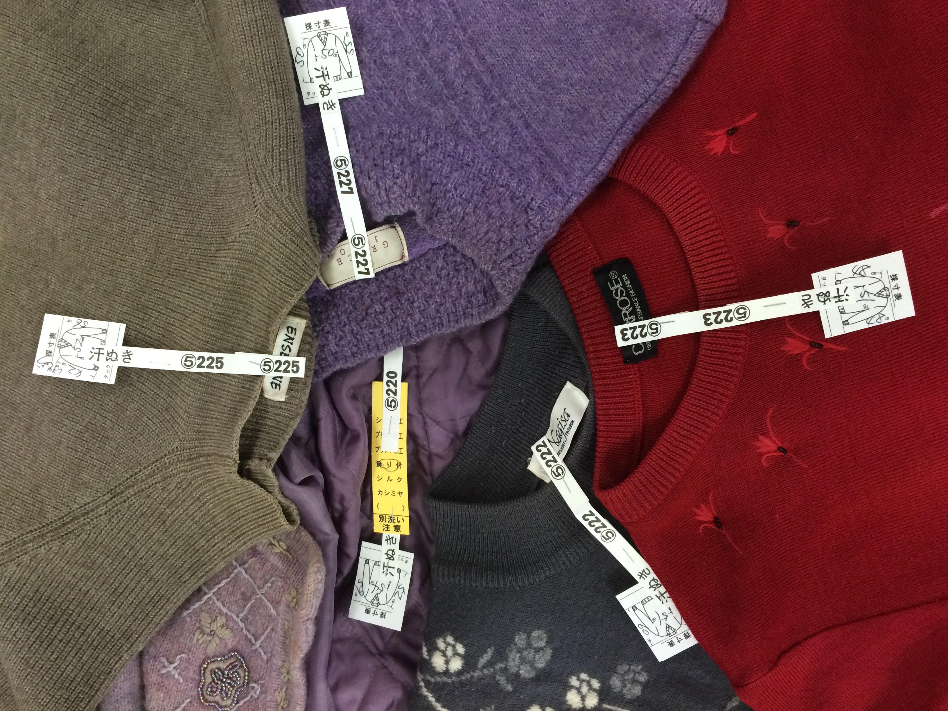 食べこぼしのあるセーターは、カシミアであってもほとんど水に入れ洗います